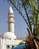 Alminar de una pequeña mezquita en un suburbio de la ciudad de puerto Aqaba en Jordania fotos de archivo libres de regalías
