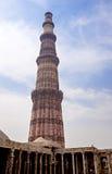 Alminar del ladrillo de la torre de Qutub Minar en Delhi la India Imagen de archivo libre de regalías