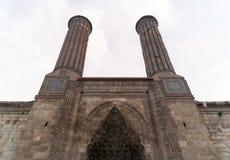Alminar doble Medresse Erzurum, Turquía. Fotografía de archivo