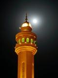 Alminar hermoso de Al Fateh Mosque y de la luna estupenda el 23 de junio de 2013, Bahrein Imagenes de archivo