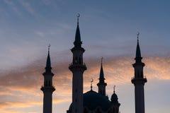 Alminares de la mezquita de Qol Sharif en una puesta del sol foto de archivo