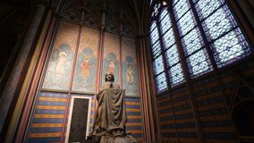 alminre av den Notre-Dame domkyrkan med den be statyn några minuter för domkyrkans brand stock video