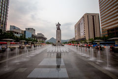 Almirante Yi Sun Sin da estátua no quadrado de Gwanghwamun em Seoul, Coreia do Sul imagens de stock
