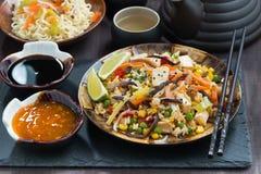 Almoço asiático - arroz fritado com o tofu e os vegetais, horizontais fotografia de stock