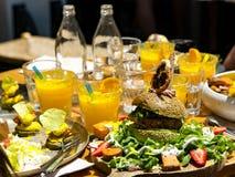 Almoço com o hamburguer saboroso do abacate fresco imagens de stock