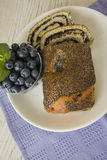 Almoço com sementes de papoila strudel e mirtilo imagens de stock