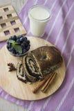 Almoço com strudel das sementes do mirtilo e de papoila fotos de stock