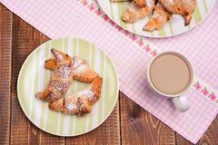 Almoço completo com café do croissant e do leite Fotografia de Stock