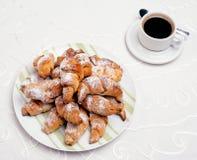 Almoço completo com croissant e café preto Fotografia de Stock