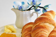 Almoço completo com croissants Imagens de Stock Royalty Free