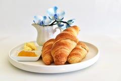 Almoço completo com croissants Imagens de Stock