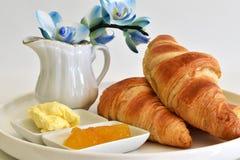 Almoço completo com croissants Fotos de Stock
