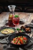 Almoço da sopa de macarronete vegetal da salada e da galinha imagens de stock royalty free
