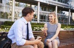 Almoço de And Businesswoman Eating do homem de negócios fora do escritório imagem de stock royalty free