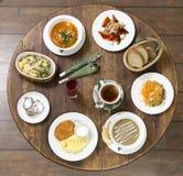 Almoço de negócio em uma mesa redonda do vintage terça-feira fotos de stock