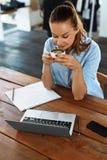 Almoço de negócio Mulher de sorriso saudável que come a sopa, trabalhando no computador Imagens de Stock Royalty Free