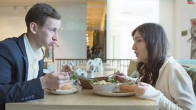 Almoço de negócio Um homem e uma mulher estão tendo o jantar em um café filme