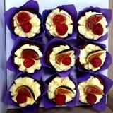 Almoço delicioso no local de trabalho: um bolo com figos e as framboesas frescos foto de stock