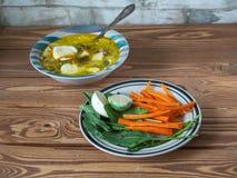 Almoço dos petiscos com cenouras e azeda e sopa com verdes, temperado com creme de leite fotografia de stock