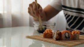 Almoço em um restaurante japonês Sushi antropófago vídeos de arquivo