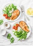 Almoço mediterrâneo equilibrado saudável da dieta - salmão cozido, arroz, ervilhas verdes e feijões verdes em um fundo claro, vis fotos de stock