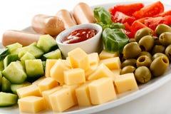 Almoço Nutritious - salsichas e salada vegetal fotos de stock royalty free