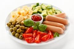 Almoço Nutritious - salsichas e salada vegetal fotografia de stock royalty free