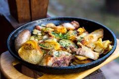 Almoço rústico na bandeja do ferro exterior Fotografia de Stock Royalty Free