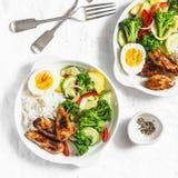 Almoço saudável - galinha cozido dos vegetais, do arroz, do ovo cozido e do teriyaki no fundo claro fotos de stock
