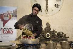Almo-bibolotti Show, die mit Spaghettis kocht Stockfotos