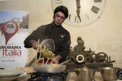 Almobibolotti toont het koken met spaghetti Stock Foto's