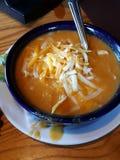 Almoce com a mamã em domingo cobriu com queijo Fotos de Stock