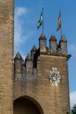 Almodovar Del Rio mittelalterliches Schloss mit Markierungsfahnen von SP lizenzfreies stockbild