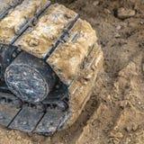 Almofada da trilha da máquina escavadora e marca do passo na sujeira imagem de stock royalty free