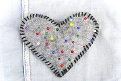 Almofada de alfinetes dada forma coração fotografia de stock