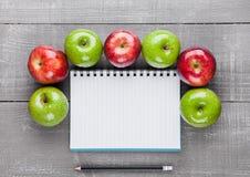 Almofada de escrita com as maçãs saudáveis como a ideia do plano da dieta Foto de Stock Royalty Free