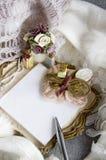 Almofada de nota branca no romance Fotografia de Stock