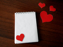 Almofada de nota com formas do coração Imagens de Stock