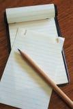 Almofada de nota com lápis 2 Foto de Stock Royalty Free