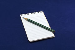 Almofada de nota com lápis verde Fotografia de Stock Royalty Free