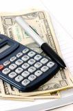 Almofada de nota com pena, calculadora e dinheiro Fotos de Stock Royalty Free