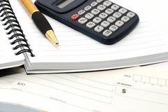 Almofada de nota com pena, calculadora, livro de cheque Imagem de Stock Royalty Free