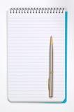 Almofada de nota com white pages e pena Fotografia de Stock