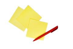 Almofada de nota e pena vermelha Imagem de Stock Royalty Free