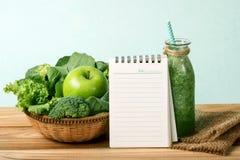 a almofada de nota vazia e o suco verde fresco saudável do batido Fotos de Stock