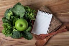 Almofada de nota vazia e o suco verde fresco saudável do batido dentro Imagens de Stock