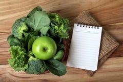 almofada de nota vazia e o suco verde fresco saudável do batido em g Fotografia de Stock Royalty Free