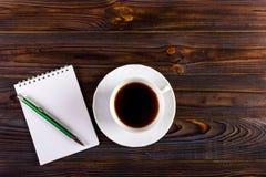 Almofada de papel vazia pronta para seu próprio texto, Pen Coffee imagens de stock