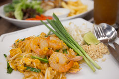 Almofada do camarão tailandesa com o outro alimento no fundo Foto de Stock Royalty Free