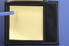 Almofada e lápis de nota Imagens de Stock Royalty Free